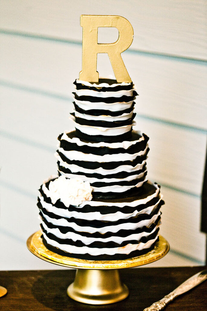 Un pastel de bodas con detalles en blanco y negro - Foto  Erin Rene Photography
