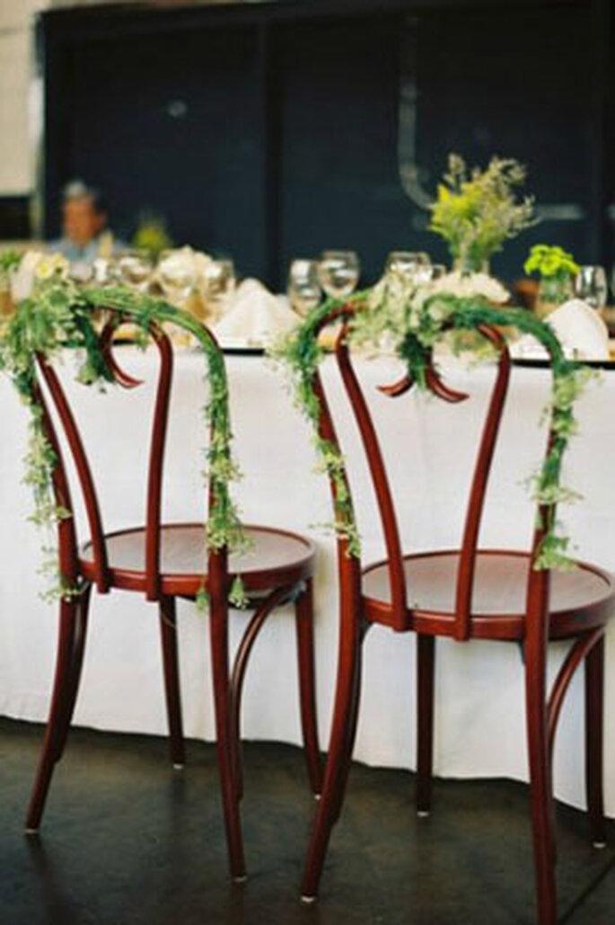 Hochzeits-Dekorationen mit natürlichen Materialien – Foto: Chaises Style me pretty
