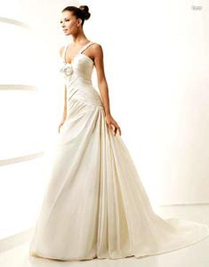 La Sposa 2010 - Lara, vestido largo de cuerpo cruzado, líneas diagonales, escote en V pronunciado con pedrería