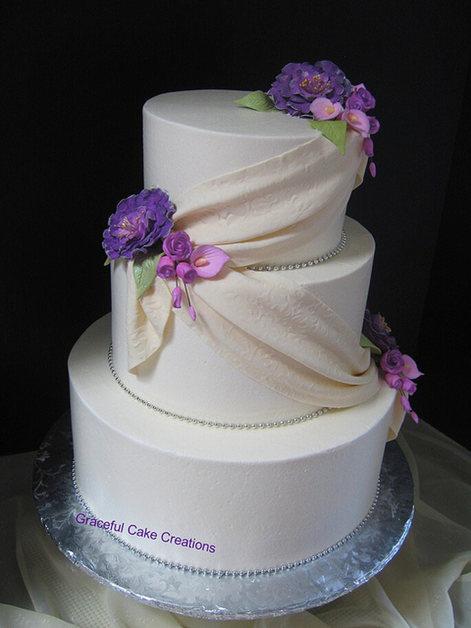 Pastel con lazo y flores. Foto: Graceful Cake Creations