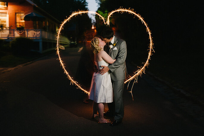 Un corazón luminoso para una boda en la noche. Foto: Alexandra Roberts