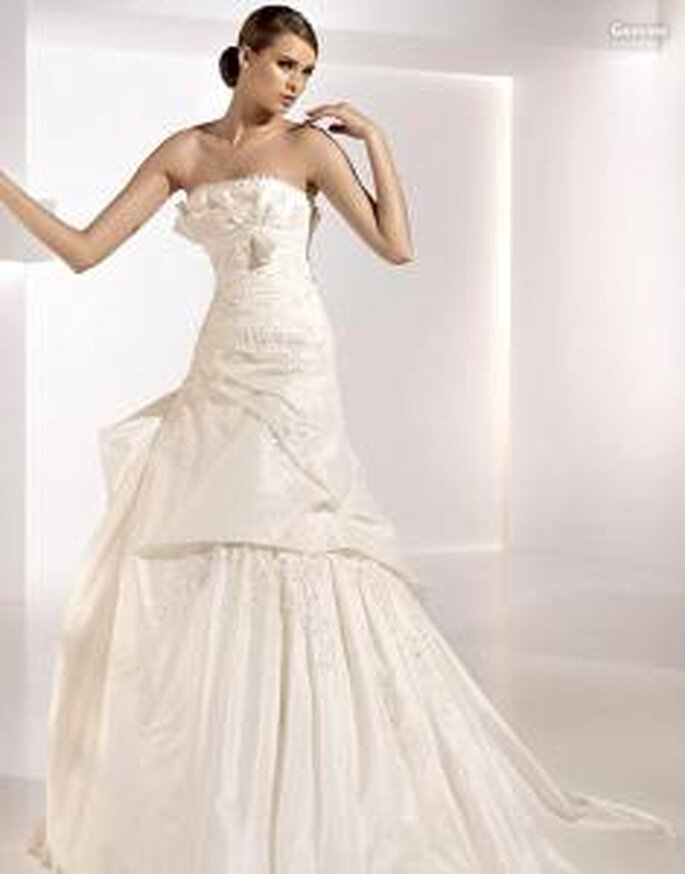Pronovias 2010 - Gemma, vestido largo de líneas diagonales, apliques bordados