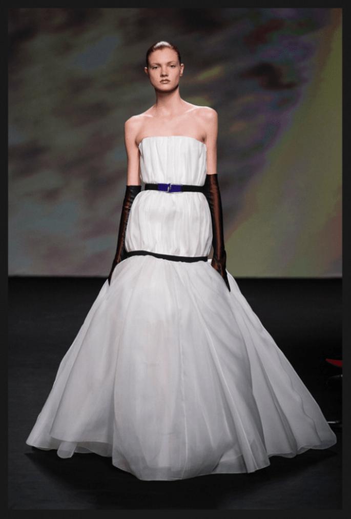 Vestido de novia alta costura en color blanco con escote strapless y decorado con cintos negro y guantes en el mismo tono - Foto Dior