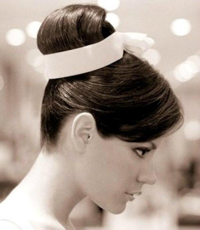 Peinado de novia recogido con cinta