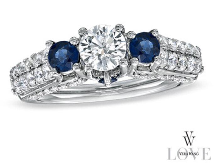 Anillo de compromiso cubierto por pequeños diamantes y zafiros