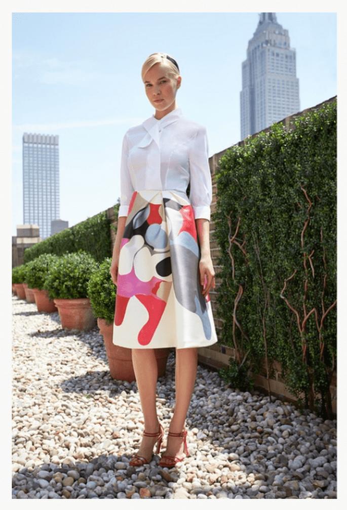 Falda corta estampada con blusa blanca a juego - Foto Carolina Herrera