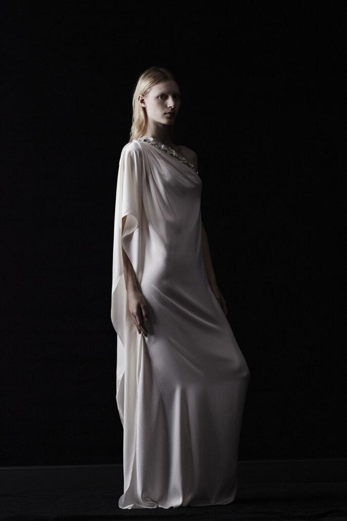 Vestido de novia con inspiración grecoromana en el escote asimétrico, apliques de pedrería y acabado en satén - Foto Lanvin