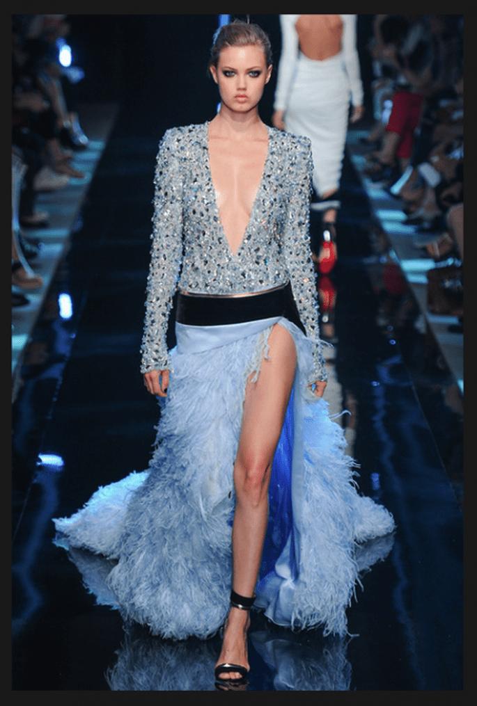 Vestido de novia en color azul con fadla estilo flamenco con abertura al frente - Foto Alexandre Vauthier