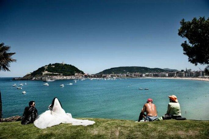 Los novios, junto a dos bañistas, contemplando el mar- Foto: Víctor Lax
