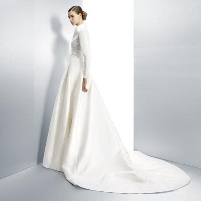 Vestido de novia en color blanco con mangas y cauda larga - Foto Jesús Peiró