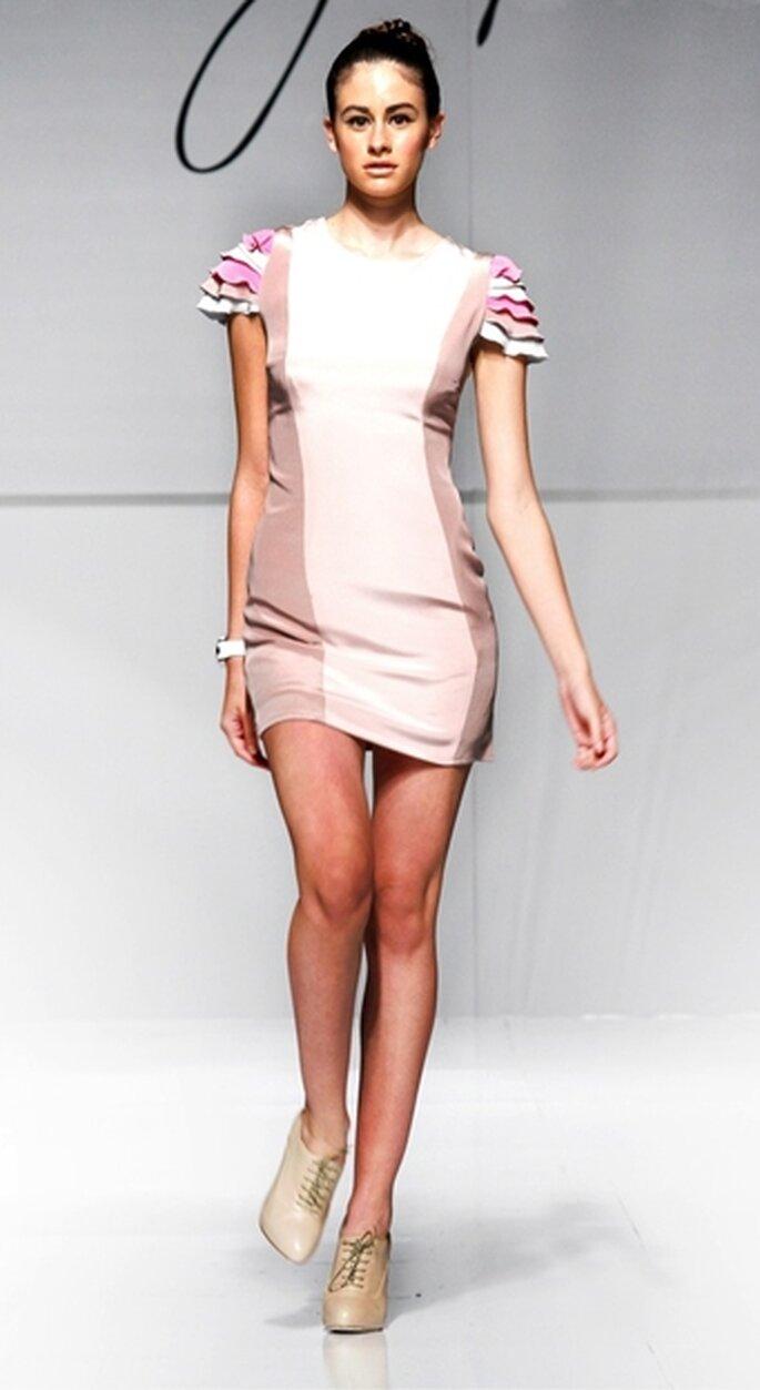 Vestido de fiesta corto con diseño arquitectónico en crepe de seda en 2 tonos, con mangas corta en diseño de pétalos color rosa, mármol y lima pálida.