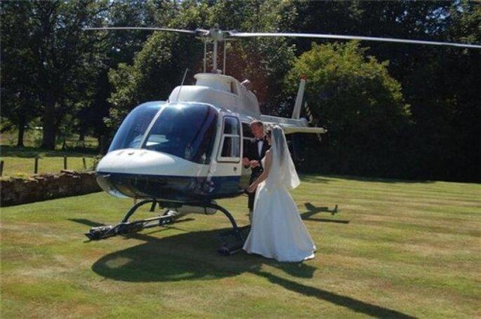 L'arrivée des mariés en hélicoptère, ça en impose ! - Source : outdoorweddings.com