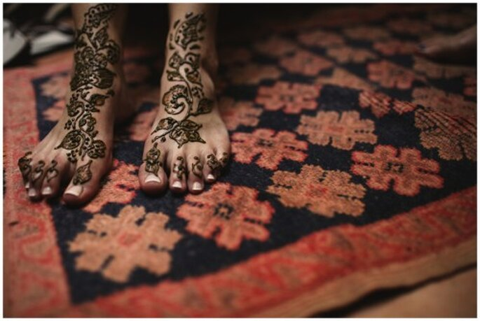 Pintar con henna a la novia. Fotografía Roberto Y María