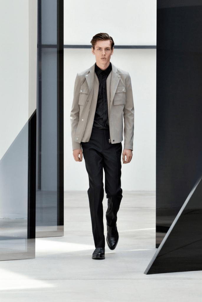 Traje para novio en color blanco con chaqueta de cuero en tono camel - Foto Balenciaga