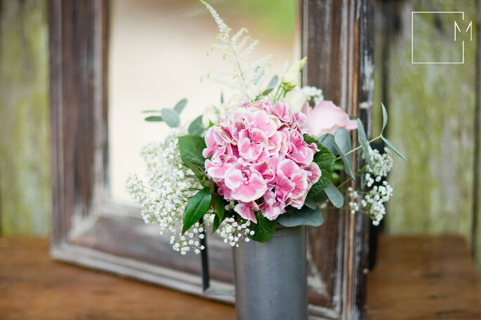 La décoration florale de la table a des allures champêtres.