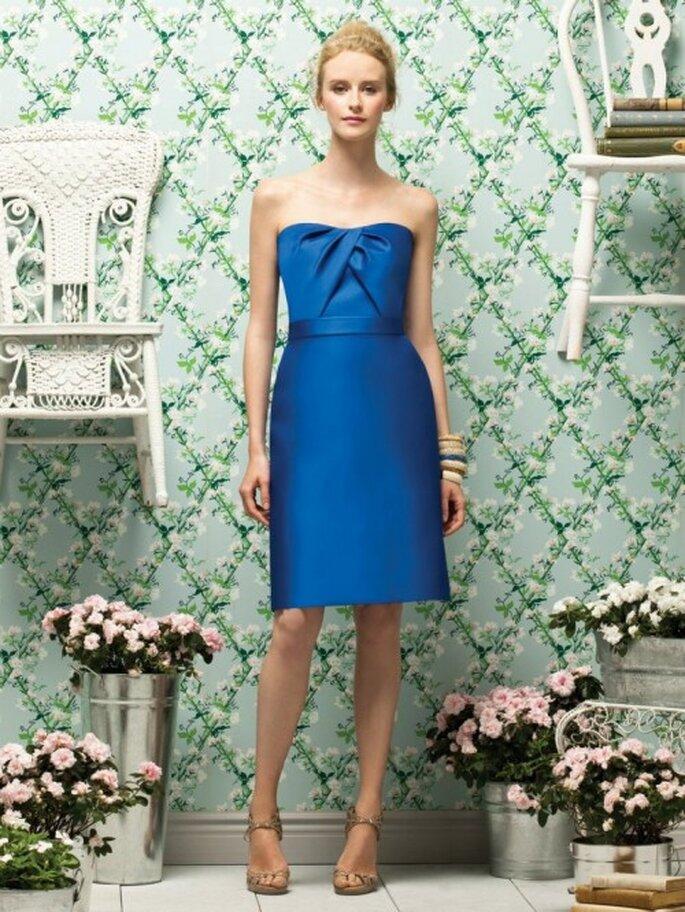 Vestido para dama de boda en color azul eléctrico con escote strapless y detalle en el pecho - Foto Dessy