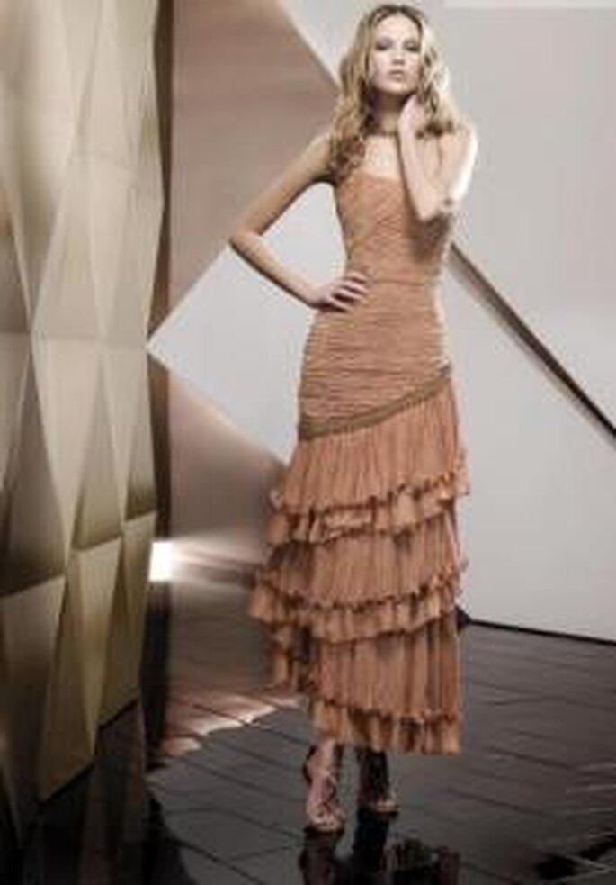Pepe Botella 2009 - Vestido marrón largo ajustado, escote sin breteles, en líneas diagonales