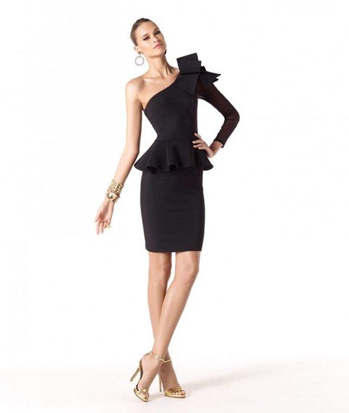 Vestido de fiesta 2014 en color negro con escote asimétrico, silueta peplum y detalle en relieve - Foto Pronovias