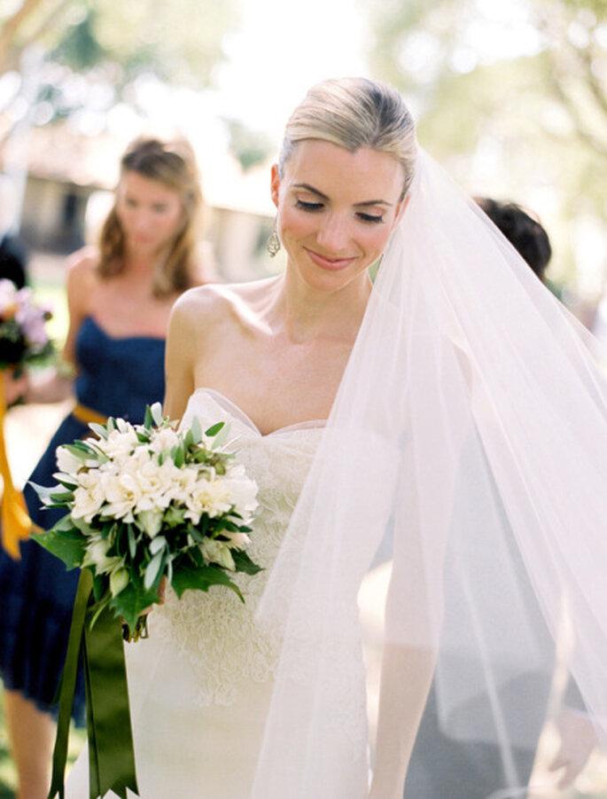 Ein Blumenstrauß mit Schneeglöckchen sieht bezaubernd aus – Foto: stylemepretty.com