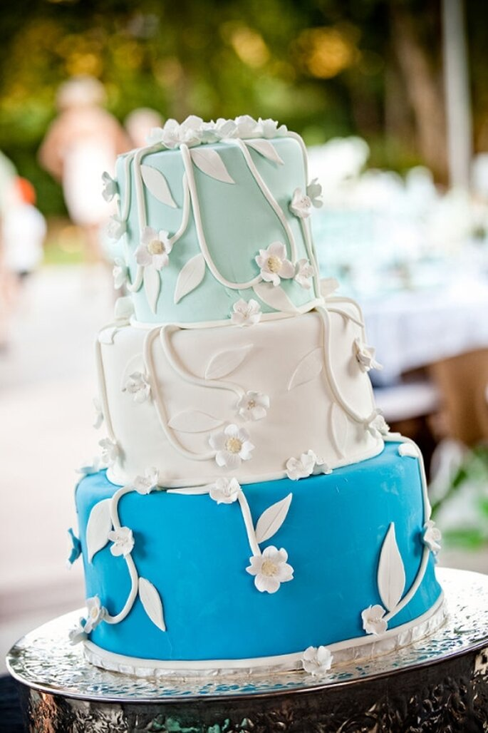 Pastel de boda azul en tres tonos, a 3 niveles decorado con detalles florales en blanco