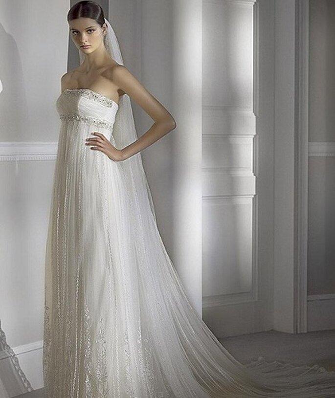 Brautkleid im Empire Stil- Foto: Pronovias