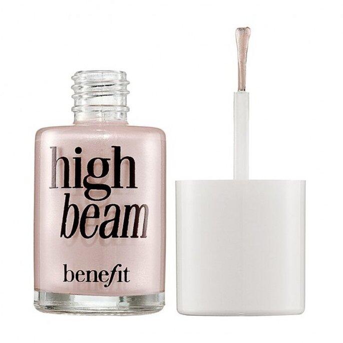 Combina la base con iluminador para que te veas más joven - Foto Benefit en Sephora