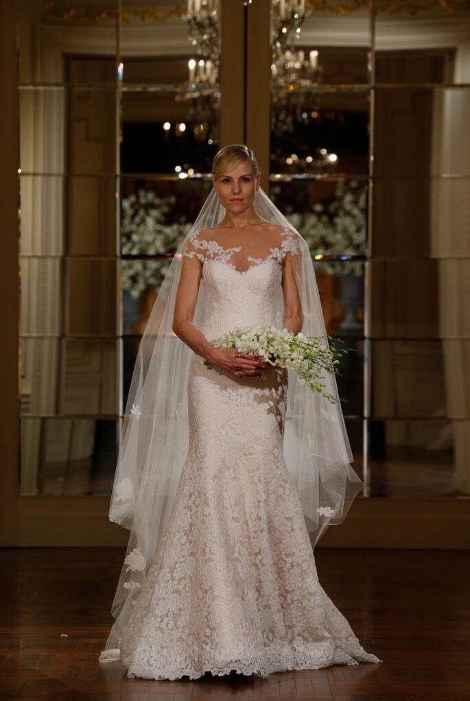 Vestido de novia con silueta ceñida, cuello ilusión y hermosas mangas cortas - Foto Romona Keveza