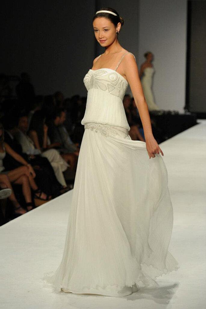 Magnifique robe de mariée avec coupe droite et incrustation de pierreries. Photo: Page Facebook de Rosa Clará