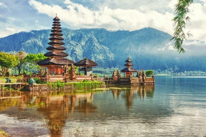 Templo Pura Ulun Danu en un lago de Bali Foto Khoroshunova Olga vía Shutterstock