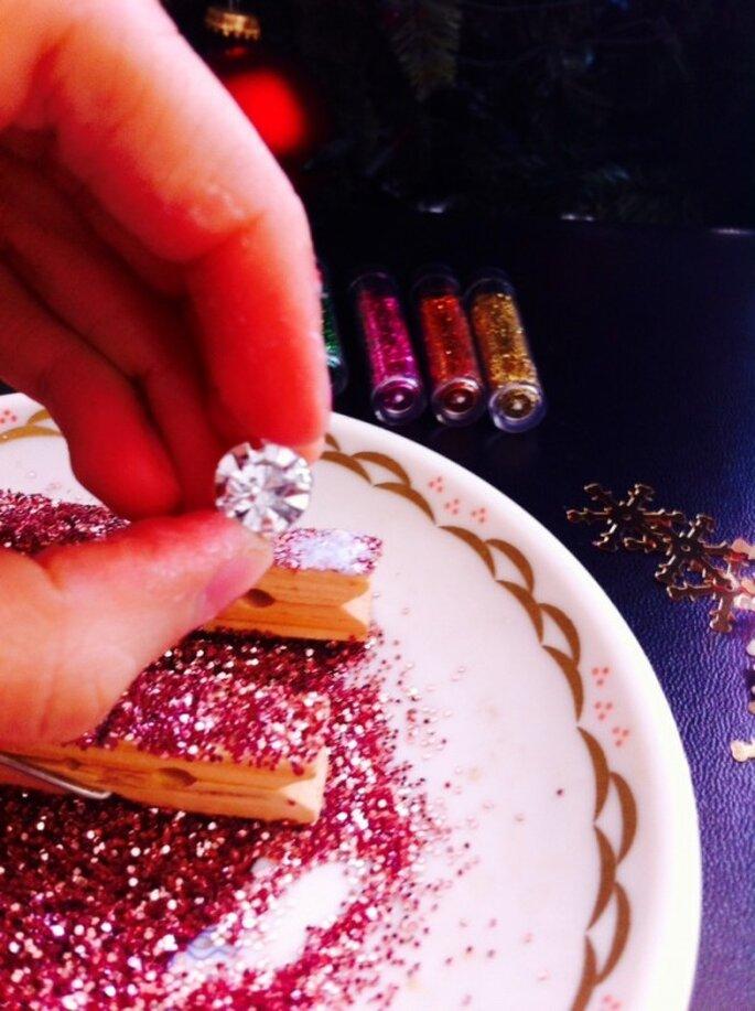 DIY de Navidad: Pinzas muy chic para decorar el árbol de tus invitados de boda