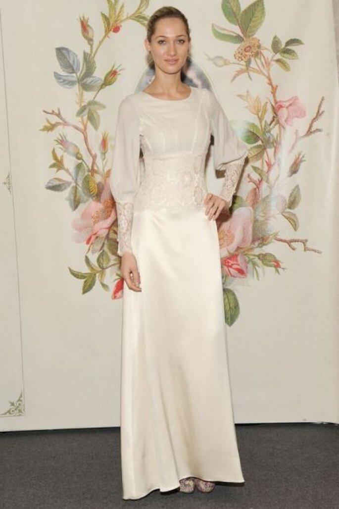 Półprzezroczysta suknia ślubna z długimi rękawami