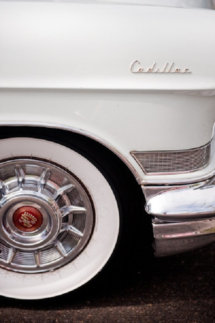 La macchina degli sposi: la Cadillac. Foto: Nerida McMurray Photography via stylemepretty.com