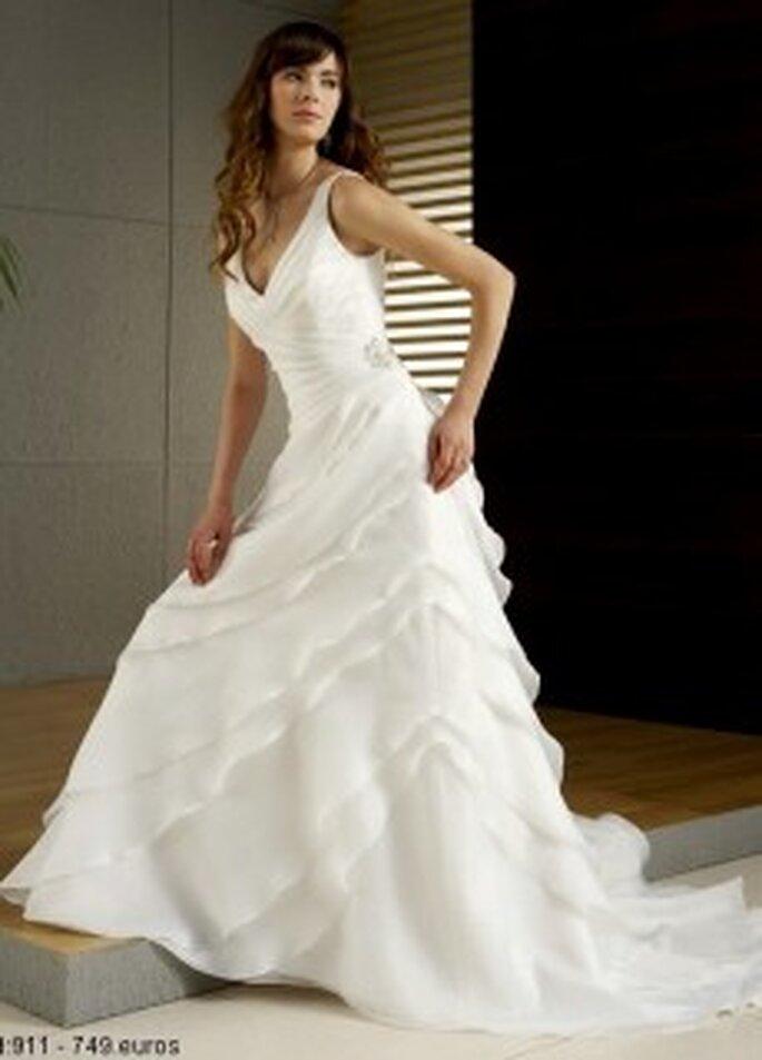 Mercanovias 2010 - Vestido largo de corte princesa, en seda escalonada, escote en V