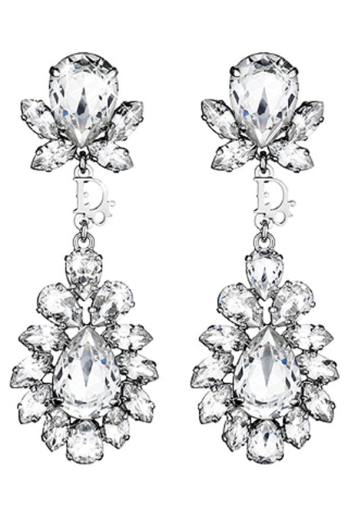 """Un lujoso """"capricho"""": pendientes largos recreando flores y mariposas con el sello de Christian Dior"""