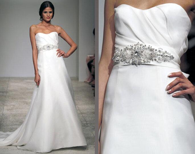 Vestido de novia liso con pliegues en el pecho y cinto con piedras - Foto: Amsale Bridal