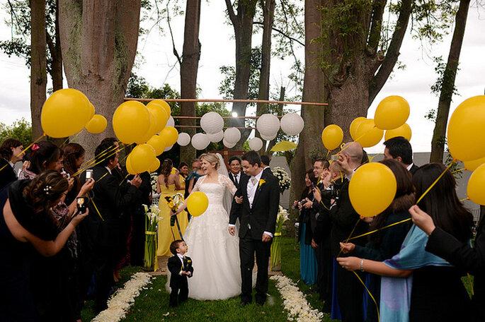 Décoration de mariage en plein air blanche et jaune. Photo: Juya Photographer