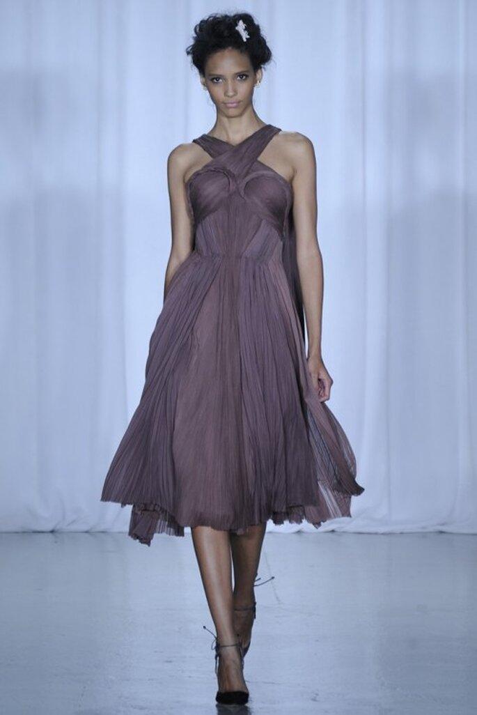 Vestido de fiesta corto en color púrpura con escote cruzado - Foto Zac Posen