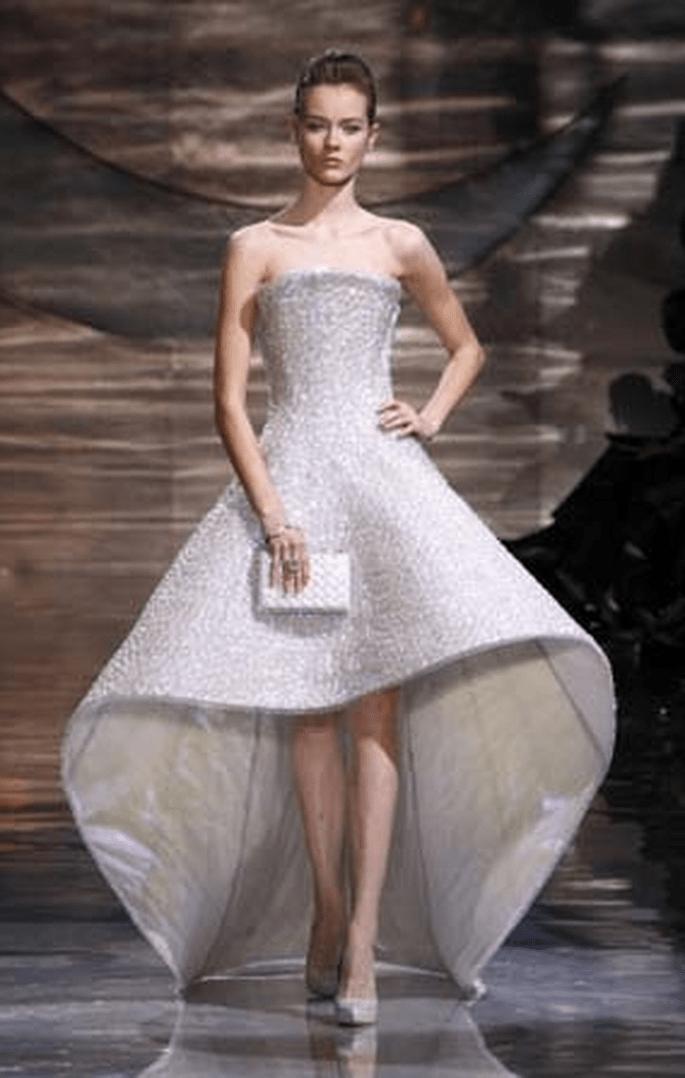 Trägerloses Kleid, betonte Taille, unterschiedliche Längen - Armani 2011