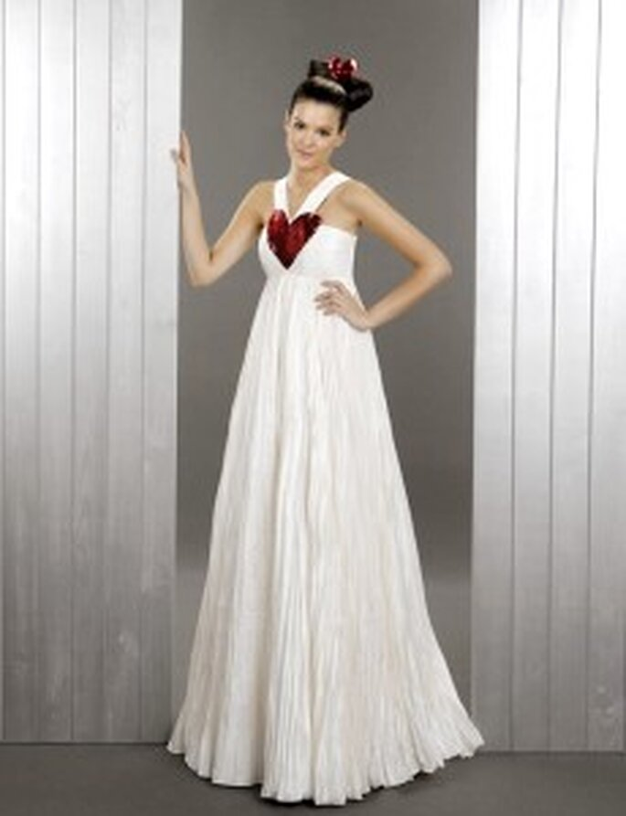 Agatha Ruiz de la Prada 2010 - Vestido largo de talle alto, tejido frisado, escote halter con detalle corazón