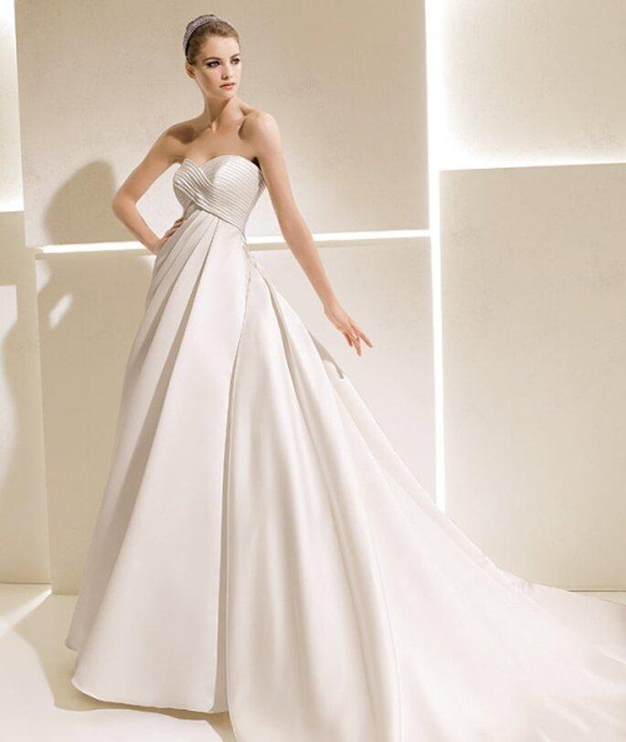 Vestido de novia corte princesa, strapless drapeado. La Sposa