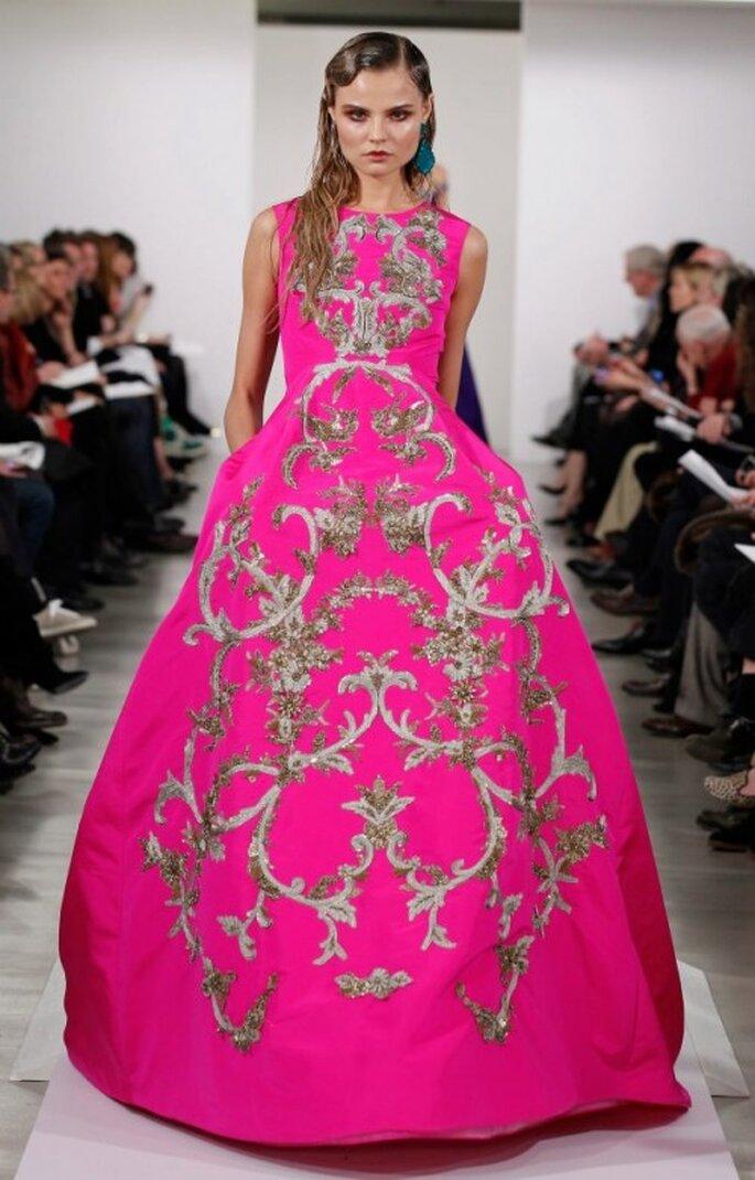 Robe de Soirée rose fuchsia avec motifs dorés - Photo: Oscar de la Renta