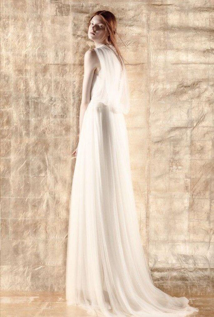Vestido de novia con silueta holgada, falda caída y cauda - Foto Del Pozo