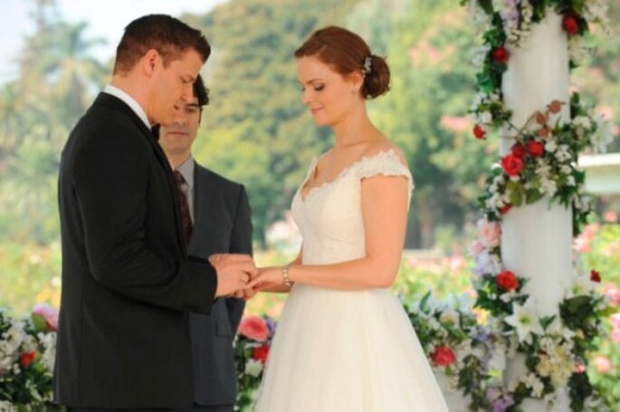 Booth le pone al anillo de bodas a Brennan - Foto FOX
