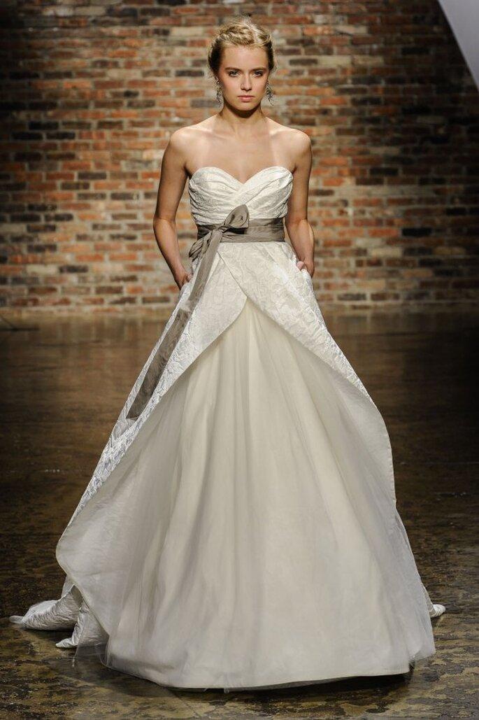 Vestido de novia 2014 con escote corazón, falda amplia y detalle de lazo en la cintura - Foto Hailey Paige
