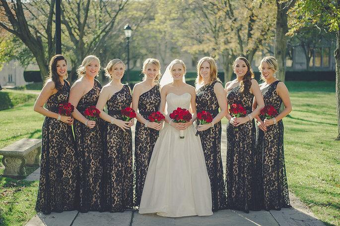 Madrinas elegantes con vestidos largos en similar corte. Foto: Lea-Ann Belter / Sky's the Limit Photography