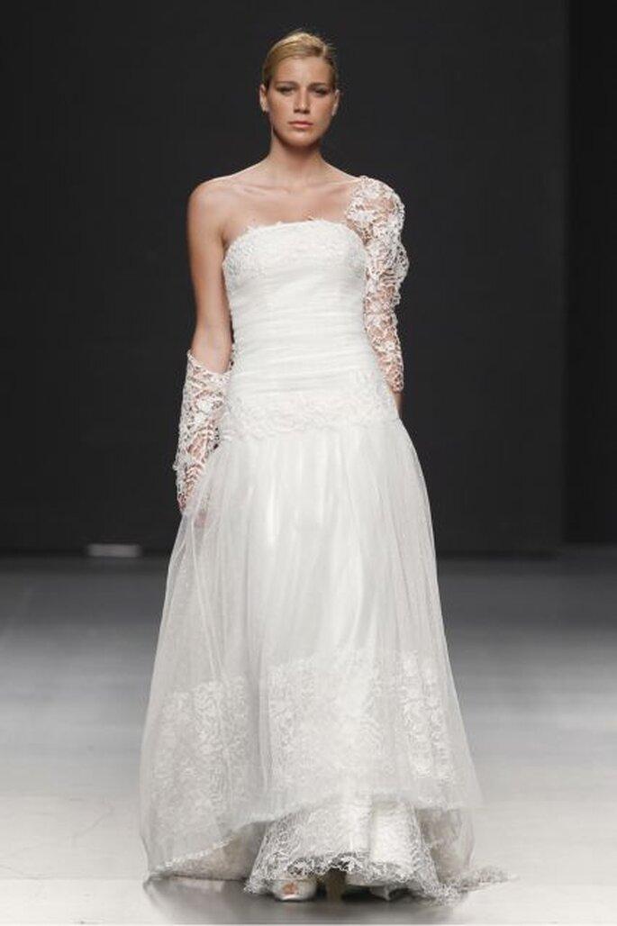No faltan los escotes palabra de honor en los vestidos de novia Charo Peres 2012 - Ugo Camera / Ifema