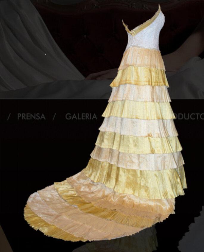 Otro original diseño en blanco y tonos de amarillo con falda íntegramente de flecos.