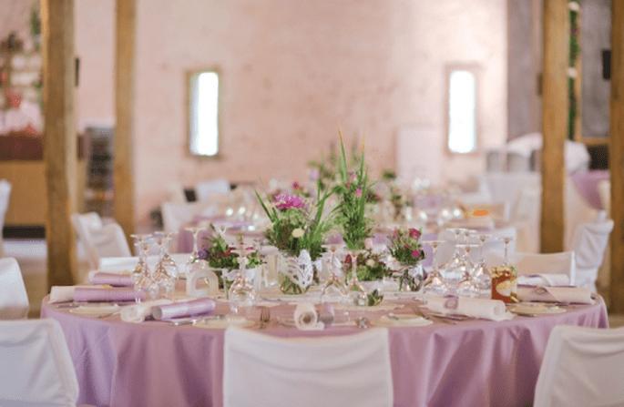 Decoración de boda en morado y rosa. Fotografía Nadia Meli