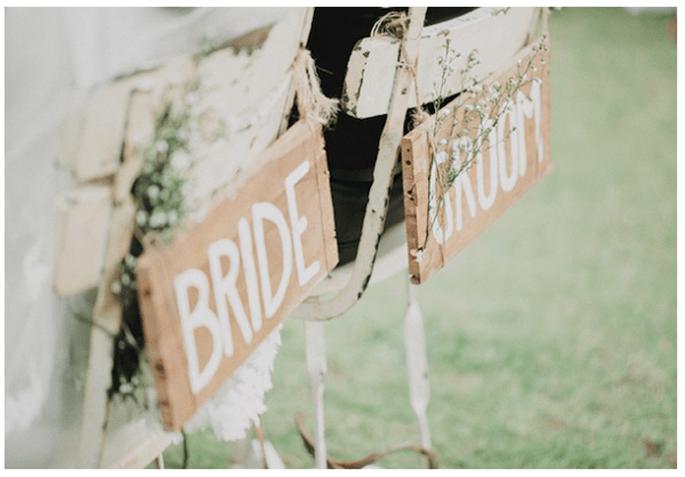 Decoraciones originales para las sillas del banquete de bodas - Foto Orange Studio