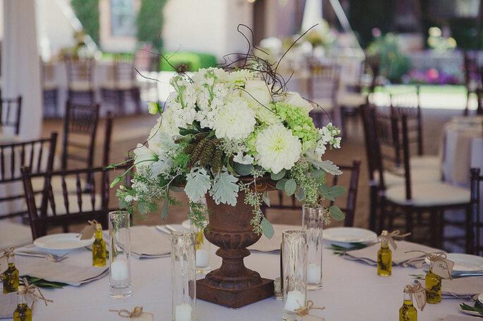 Majestuosos centros de mesas con grandes arreglos florales. Foto: Closer to Love Photographs